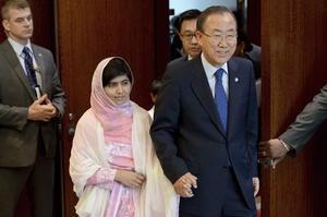 """Acompañada por el secretario general de la ONU, Ban Ki-moon, y el ex primer ministro británico Gordon Brown, la activista aseguró que en su """"segunda vida"""" sigue siendo la misma Malala de siempre, con las mismas ambiciones, esperanzas y sueños de antes, de ahí que hoy siga luchando para lograr """"educación para todos""""."""
