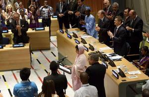 """Interrumpida en varias ocasiones por los aplausos del público, entre los que se encontraban un millar de jóvenes de cien países, Malala subrayó que no está en contra de nadie, ni siquiera de los talibanes, y aseguró que incluso si tuviera una pistola y estuviera frente a la persona que le atacó """"no dispararía""""."""