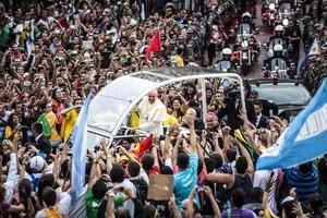 Fue una impresionante multitud la que acompañó el recorrido del Papa, quien se mostró alegre con la feligresía.