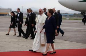 Tras los saludos oficiales, Rousseff y el Papa caminaron para que él abordara su papamóvil e hiciera un recorrido que originalmente no estaba previsto, pero que por solicitud del pontífice se realizó.