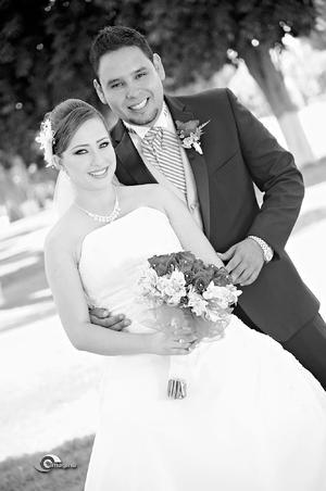 MUY FELICES  Leslie Leticia Jasso Mora e Ing. José Armando Llamas Pérez, el día de su boda.