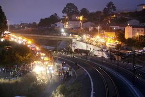 Rescatistas pasaron la noche registrando los vagones destrozados.