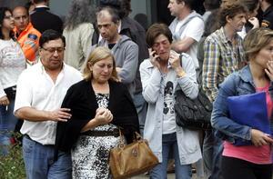 Los familiares de las víctimas de un accidente ferroviario ocurrido en el noroeste de España lloraban y se abrazaban el jueves cerca de una improvisada morgue en un centro deportivo.