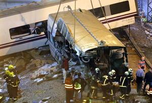 Los equipos de rescate pasaron la noche registrando los vagones destrozados junto a la vía, y Pardo dijo que era posible que aumentara el número de muertos.