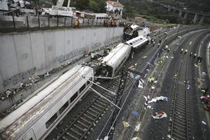 El accidente, el primero registrado en una línea de la red de alta velocidad en España, se produjo poco antes de las nueve de la noche (19:00 GMT) cuando el tren Alvia descarriló en una curva de las inmediaciones de la estación de Santiago de Compostela.