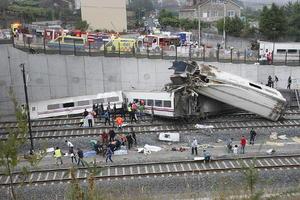 Al menos 77 personas fallecieron y 130 resultaron heridas al descarrilar en Santiago de Compostela (noroeste) un tren de velocidad alta con 220 pasajeros que cubría la línea Madrid-Ferrol.