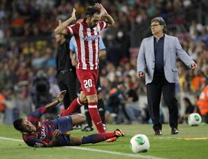 Neymar se queja de una falta que cometió aparentemente Juanfran