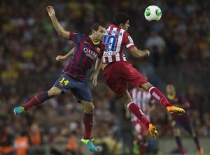 Mascherano disputando un balón en el aire contra el brasileño Diego Costa.