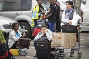 """""""Todos nuestros pasajeros de llegadas y salidas están a salvo"""", subrayó la aerolínea de bandera keniana Kenya Airways en un comunicado, al advertir de que sus vuelos desde Nairobi """"han sido suspendidos temporalmente"""" y sus pasajeros en tránsito han sido alojados en hoteles."""