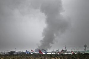 El JKIA ha sido acordonado por miembros de las fuerzas de seguridad, las operaciones aéreas han sido suspendidas a causa del incendio y los vuelos que tenían previsto su aterrizaje en Nairobi han sido desviados al Aeropuerto Internacional de Mombasa (sur).
