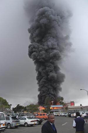 Las imágenes del suceso divulgadas por los medios kenianos muestran una enorme bola de fuego coronada por una espectacular columna de humo negro que, finalmente, ha podido ser contenida por los bomberos.