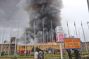 Los primeros reportes señalan que las llamas comenzaron en el área de Migración, en donde los hidrantes fallaron.