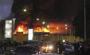 El fuego inició a las 5:00 horas (2:00 GMT) y los bomberos lucharon durante al menos cuatro horas para controlarlo, precisó la edición electrónica del diario local Nation.