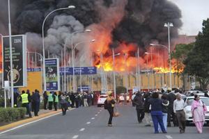 La unidad de llegadas internacionales del aeropuerto de Nairobi, Kenia, fue destruida por un incendio que obligó a cerrar de manera indefinida la terminal aérea.