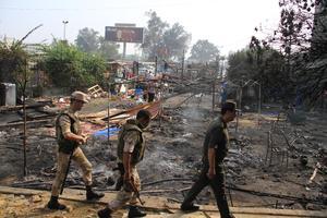Las autoridades decretaron el estado de emergencia durante un mes y el toque de queda por la noche tras la violencia que se extendió por todo el país.