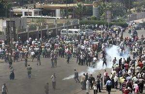 El gobierno egipcio, respaldado por las fuerzas armadas, declaró un estado de emergencia de un mes, restaurando la autoridad militar que mantuvo por décadas antes de la revolución a favor de la democracia en 2011.