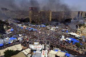 La violencia se extendió más allá de El Cairo y los partidarios de Morsi y las fuerzas de seguridad se enfrentaron en las ciudades de Alejandría, Minya, Assiut, Fayoum y Suez, además de en las provincias de Buhayra y Beni.