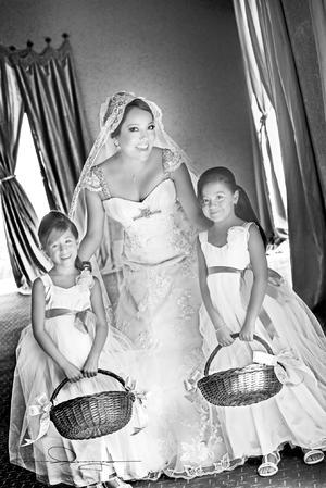 Muy contenta  Rocío Araceli Candelas Reyes el día de su boda con James Dean Brewer.- Estudio Laura Grageda
