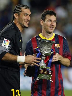 Lionel Messi dsifrutando de un título más en su carrera junto a su compañero Pinto.