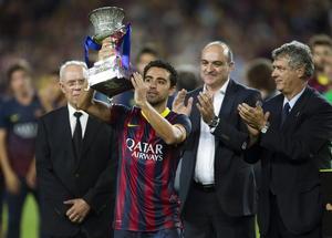 Xavi Hernández levantó primero el título de la Supercopa por ser el capitán del Barcelona.
