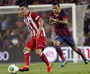 El ex azulgrana David Villa compite un balón con quien fuera su compañero la temporada pasad Daniel Alves.