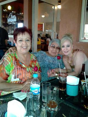 Alejandra Martínez de Gutiérrez, Bertha Andrade Cháirez y Claudia.