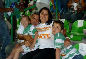 José Anotio Arredondo Rodríguez y Alicia Pacheco Ramírez con sus nietos Renata  y Daniel García Arredondo.