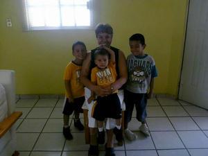 Lilia Guadalupe Estrada con sus nietos Kael, Roberto y Santiago.