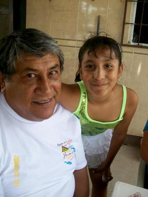 David Robles Martínez con su nieta Fabiuola Deyanira Llanas Robles.