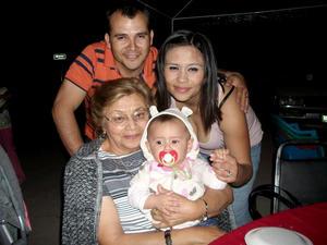Daniel Mora, Mariana Ramírez, Tone Mora Ramírez y su abuelita Alicia.