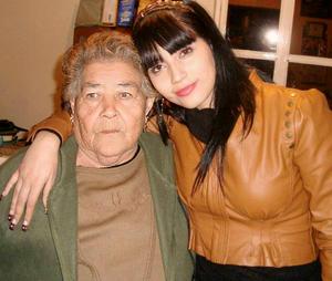 Dulce Saldaña con su abuelita Margarita Rangel.
