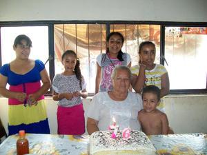 Olivia Favela con sus nietos en Velardeña Durango.
