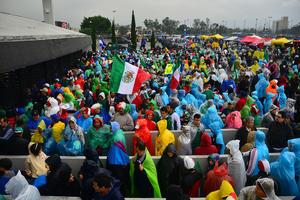 La lluvia no impidió que miles de aficionados acudieran al Estadio Azteca.