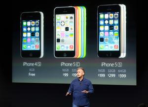 Para los compradores que firmen un contrato de dos años con un proveedor de servicios inalámbricos, el iPhone 5S tendrá un costo de 199 dólares para el modelo de 16 GB de memoria, 299 dólares para el de 32 y 399 para el de 64.