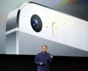 """Phil Schiller, vicepresidente de mercadeo mundial de Apple, dijo que el segundo teléfono, el 5S, es """"el teléfono con más visión de futuro que hemos creado""""."""