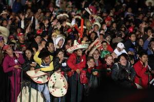 Capitalinos acudieron al Grito de Independencia en el Zócalo pese a la lluvia.