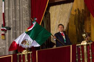 El presidente Peña Nieto ondeó en más de 30 ocasiones la Bandera nacional. Detrás de él sólo estaba su esposa y la escolta de cadetes.