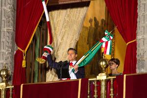 """En punto de las 23:00 horas,  el mandatario cumplió con la tradición de dar el """"Grito"""" para conmemorar el inicio de la guerra de Independencia."""