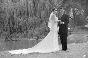 Verónica Sánchez Martín y José Mario Ceceña Trasfú , captados en una fotografía de estudio el día de su boda..- ESTUDIO KM