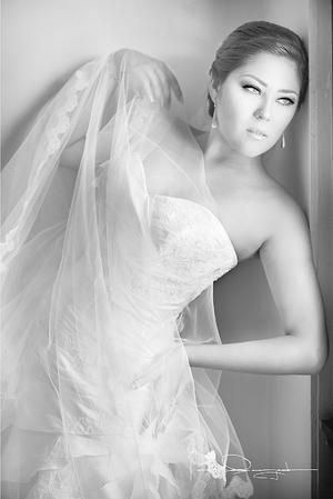 Velia Carolina Dávila posando en un estudio de Laura Grageda el día de su boda con Jonathan Israel Gasca Venegas.