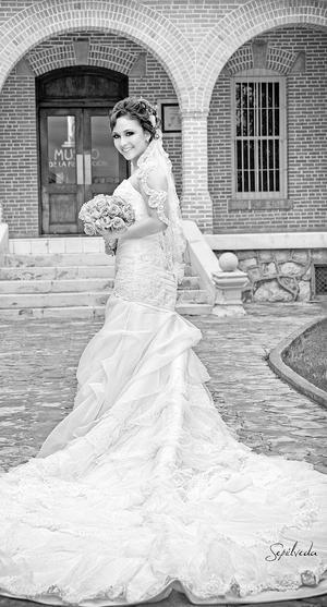 Tania Ortiz  en una fotografía de estudio el día de su boda con Enrique Alberto Saavedra.- Estudio Sepúlveda