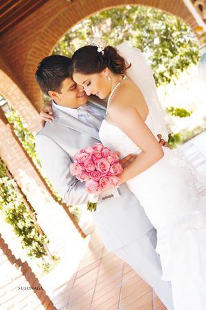 Tania y Marcos  en una fotografía de estudio el día que unieron sus vidas en matrimonio. - Estudio Susunaga