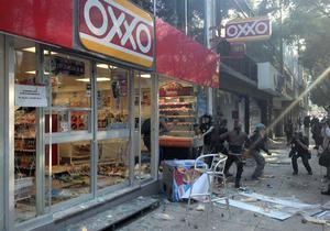 Contingentes de estudiantes y de grupos anarquistas causaron destrozos en varios edificios ubicados en Paseo de la Reforma, avenida que se encuentra resguardada por elementos de la Policía capitalina.