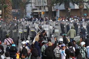 """La marcha realizada en Ciudad de México para conmemorar el 45 aniversario de una matanza estudiantil y exigir justicia para las víctimas se vio opacada por los violentos choques entre jóvenes """"anarquistas"""" con la policía de la capital."""