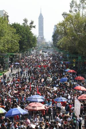 Miles de personas marcharon desde la Plaza de las Tres Culturas, escenario hace 45 años de la represión al movimiento estudiantil que protestaba contra el autoritarismo de la época, hasta el emblemático Ángel de la Independencia y allí realizaron un mitin en el que deploraron la violencia.
