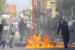 En la marcha para conmemorar la matanza de Tlatelolco de 1968 en la plaza de las Tres Culturas, un grupo de los autodenominados anarquistas, lanza artefactos explosivos caseros a policías antimotines.