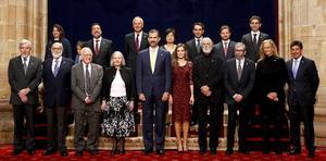 """En el Salón Covadonga, los príncipes encabezaron, posteriormente, la tradicional """"foto de familia"""", con todos los premiados, a lo que se sumó la Reina Sofía de España, quien saludó a cada uno de los premiados."""
