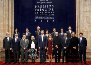 Los príncipes de Asturias, Felipe y Leticia entregaron hoy la insignia del premio que lleva este nombre a los ocho galardonados en su XXXIII edición, en el emblemático Teatro de la Reconquista, en Oviedo, norte de España.