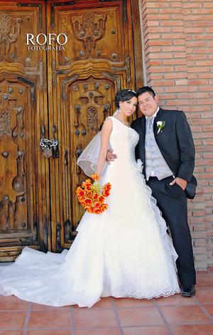 IBQ Jéssica Magali Aldaco de Alba e Ing. Osman Jonathan Ramírez Robles, el día de su boda, en una foto de estudio.- Rofo Fotografía