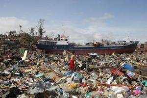 El aeropuerto en Tacloban, a unos 580 kilómetros (360 millas) al sureste de Manila, estaba convertido en un desastre lodoso lleno de escombros, techos derruidos y automóviles volcados.